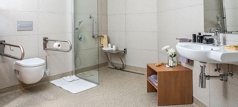 Photo of the accessible bathroom in eric vokel atocha suites.