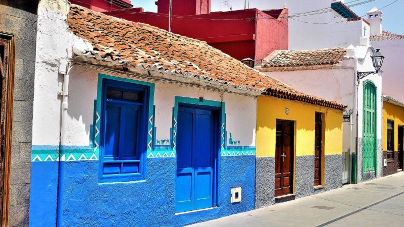 Photo of colourful houses in Tenerife.