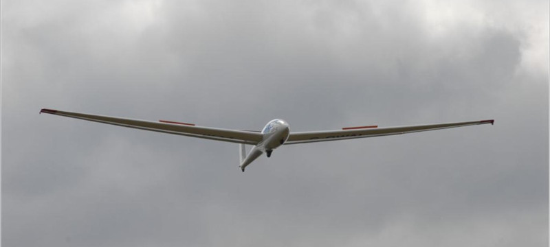 Photo of an SK-21 glider preparing to land.