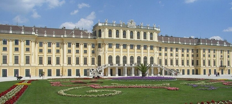 Photo of exterior of Schönbrunn Palace.