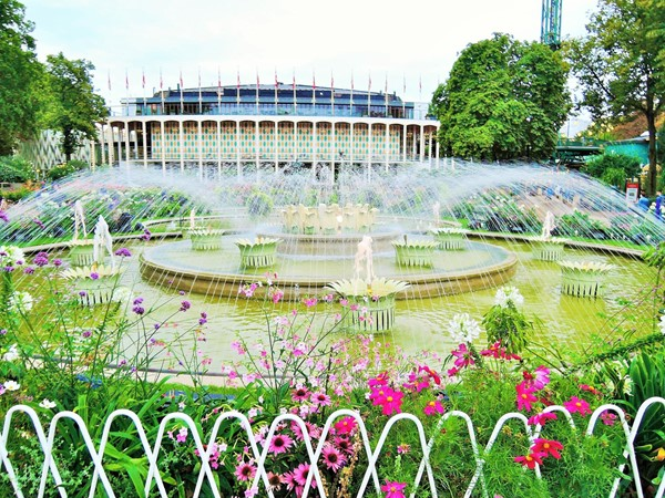Gardens + fountain by the concert hall